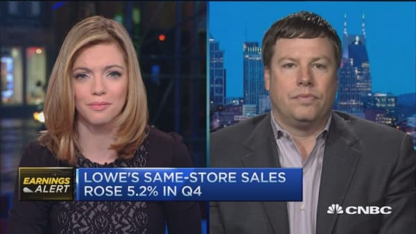 Lowe's beats on revenues, matches earnings estimates