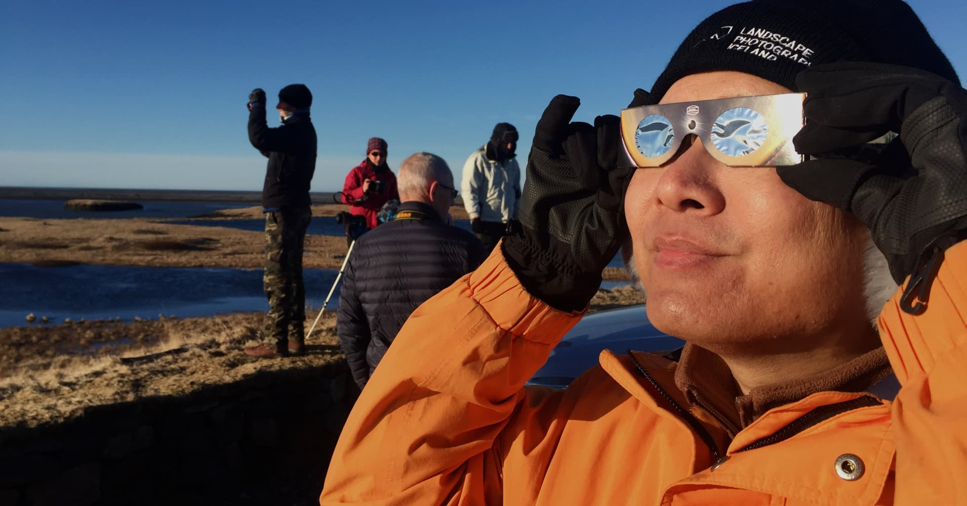People watch the solar eclipse on march 20, 2015 in Höfn, South Iceland.