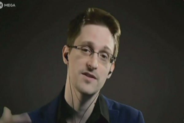 Snowden calls out FBI on Apple order