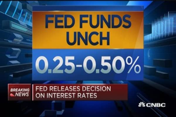 Fed leaves rates unchanged, slashes outlook on further hikes
