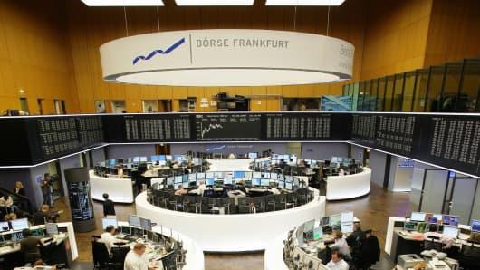 Deutschland, Hessen, Frankfurt / Main - Boersenhaendler im Handelssaal der Deutschen Boerse AG