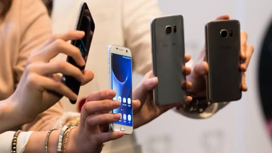 Samsung Electronics Galaxy S7 and Galaxy S7 Edge smartphones