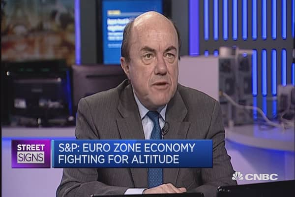 Euro zone economy fighting for altitude: S&P