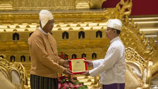 Myanmar's new president Htin Kyaw (L) receives the presidential seal from outgoing president Thein Sein, during a handover ceremony in Naypyitaw on March 30, 2016