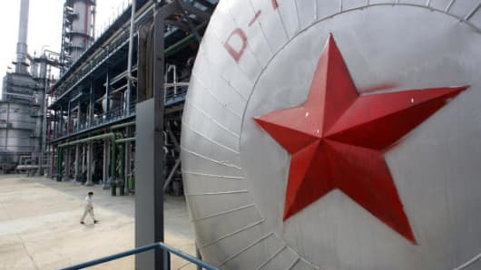 A red star fronts a pressure tank at the Yanlian Oil Refinery in Yan'an, 25 May 2005, north of Xian in western China's Shaanxi province.