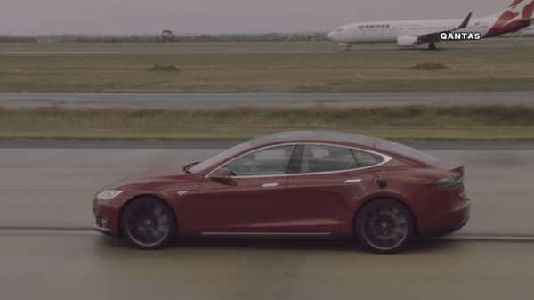 Tesla Model S drag races a 737