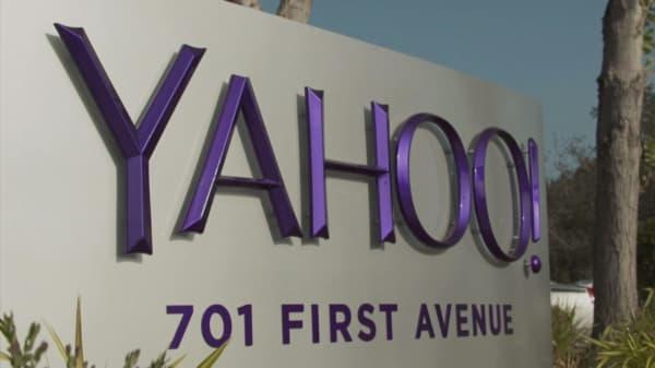 Yahoo pushes back deadline for bids