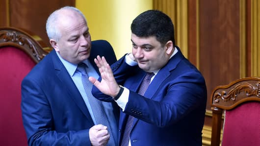 Speaker of Ukrainian Parliament Volodymyr Groysman (R) has been nominated by President Petro Poroshenko's party to head the future cabinet.