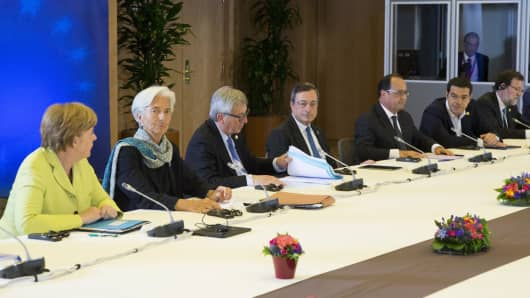 (L-R) German Chancellor Angela Merkel, International Monetary Fund (IMF) Managing Director Christine Lagarde, European Commission President Jean-Claude Juncker, European Central Bank President Mario Draghi, French President Francois Hollande, Greek Prime Minister Alexis Tsipras and Spanish Prime Minister Mariano Rajoy attend a Eurozone emergency summit on Greece in Brussels, Belgium, June 22, 2015.