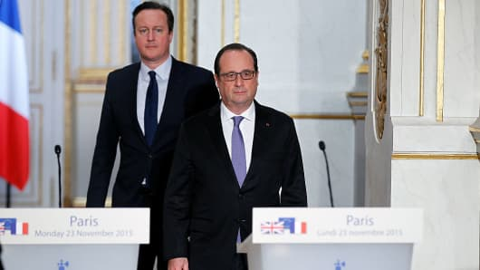 French President Francois Hollande and British Prime Minister David Cameron arrive to attend a joint statement at the Elysee Palace on November 23, 2015 in Paris, France.