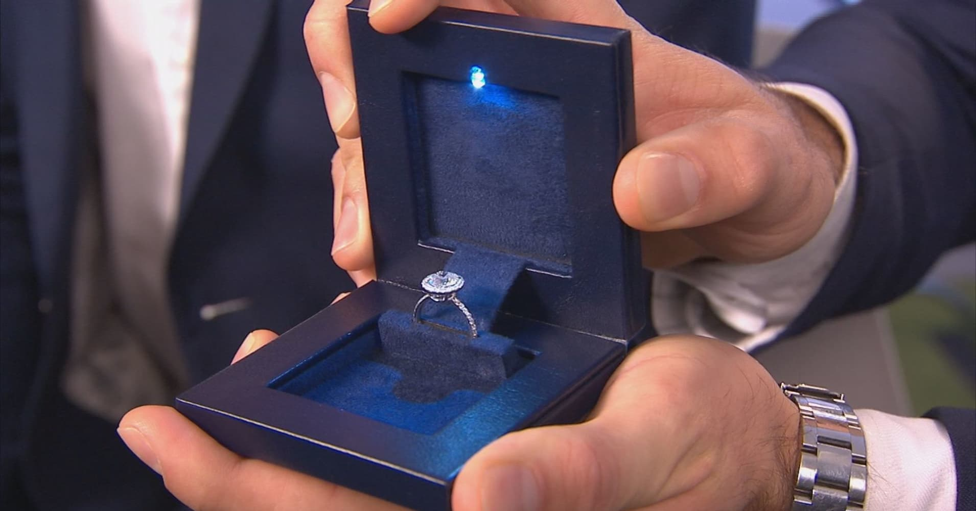 & Start-up proposes a u0027secretu0027 box for your engagement ring Aboutintivar.Com