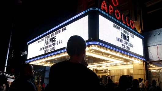 The marquee at Harlem's Apollo Theater pays tribute to deceased musician Prince as fans gather to celebrate his life and music in the Manhattan borough of New York, U.S., April 21, 2016.
