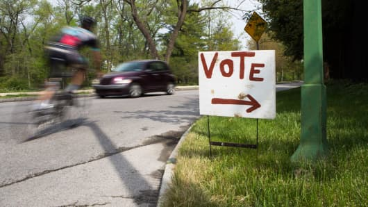 A handmade sign directs voters to a nearby polling place on April 26, 2016 in Bala Cynwyd, Pennsylvania.