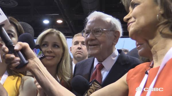 Warren Buffett gives a toss at Berhshire Hathaway annual meeting