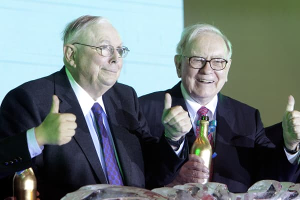 Charles Munger, vice chairman of Berkshire Hathaway Inc., left, and Warren Buffett, chairman of Berkshire Hathaway Inc.