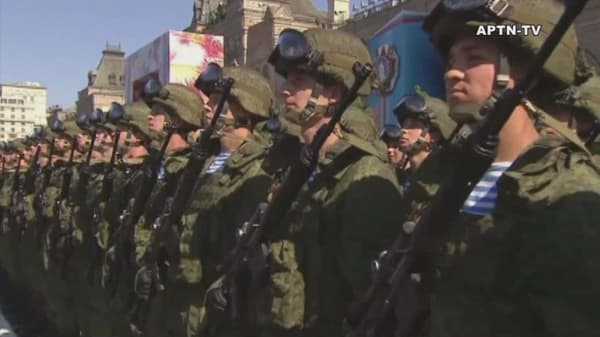 Russia shows off military hardware at parade