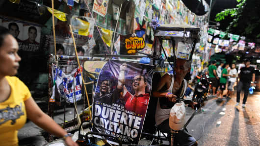 Voters in the Philippines are set to elect Rodrigo Duterte, a tough-talking mayor of Davao City in Mindanao, pulling away from his rivals despite controversial speeches and little national government experience.