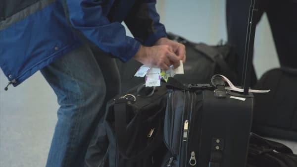 Senators urging airlines to drop fees for shorter lines