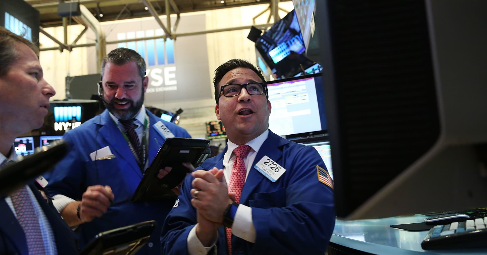 Stocks struggle as tech decline outweighs strong quarterly earnings