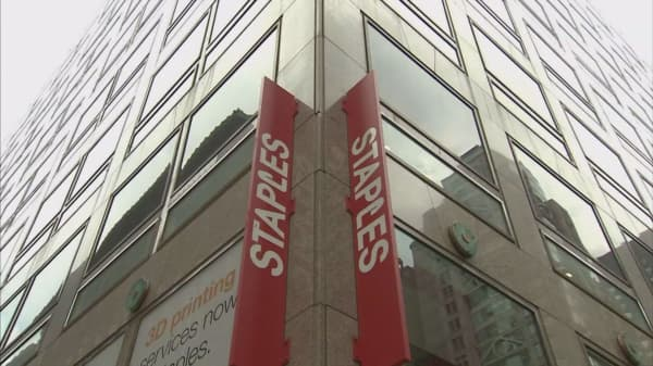 Staples edges out earnings estimates for first quarter