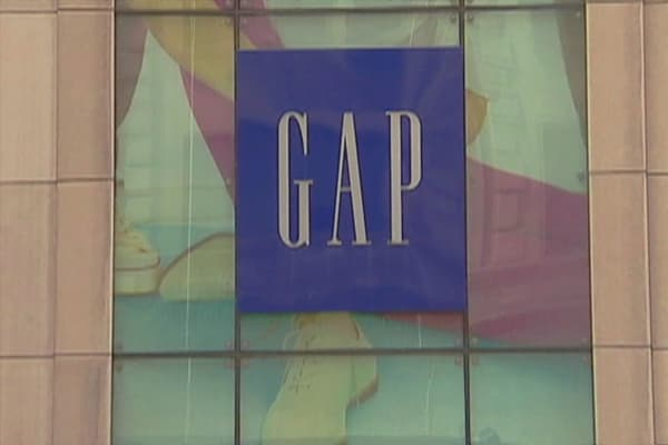 Gap closing 75 stores, reports mix earnings