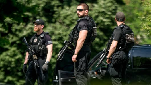 Secret Service agents stands on the North Lawn of the White House in Washington, Friday, May 20, 2016, after the White House was placed on security alert after shooting on street outside.