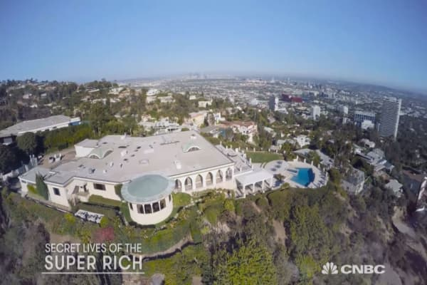 Look inside a 135m beverly hills mega mansion for Super mega mansions