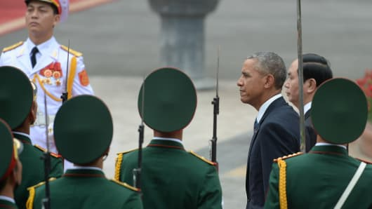 U.S. President Barack Obama (third from right) and his Vietnamese counterpart Tran Dai Quang (second from right) review the guard of honor during a welcoming ceremony at the Presidential Palace in Hanoi, Vietnam, May 23, 2016.