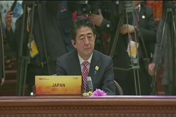 Japan's Abe delays tax hike, announces stimulus package