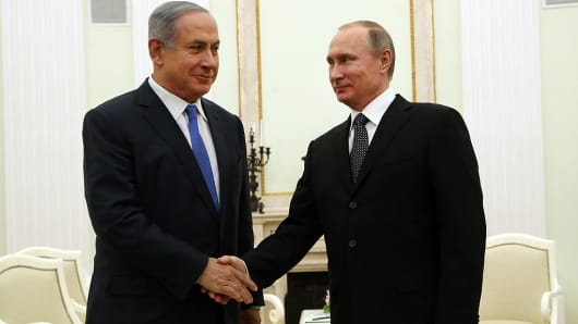 Russian President Vladimir Putin (R) greets Israeli Prime Minister Benjamin Netanyahu (L) during their meeting at the Kremlin on April 21,2016 in Moscow, Russia.
