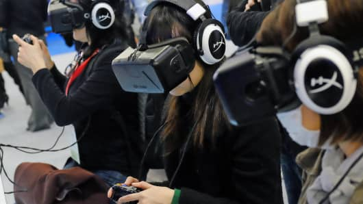 Playing video games on virtual reality headsets