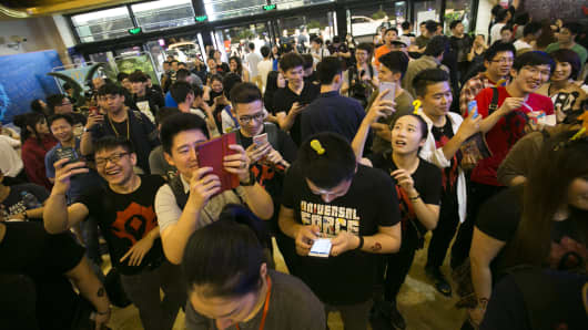 """Chinese filmgoers and fans of Warcraft attend a premiere of the movie """"Warcraft"""" at a cinema in Shanghai, China, 7 June 2016."""