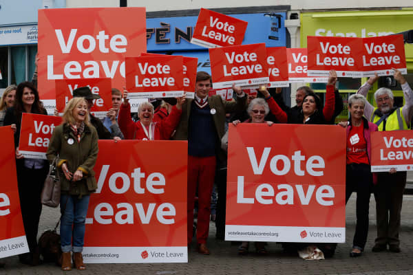 Supporters of the Vote Leave campaign cheer as they wait for Boris Johnson, the former mayor of London, during the first day of a nationwide bus tour to campaign for a so-called Brexit in Truro, U.K., on Wednesday, May 11, 2016.