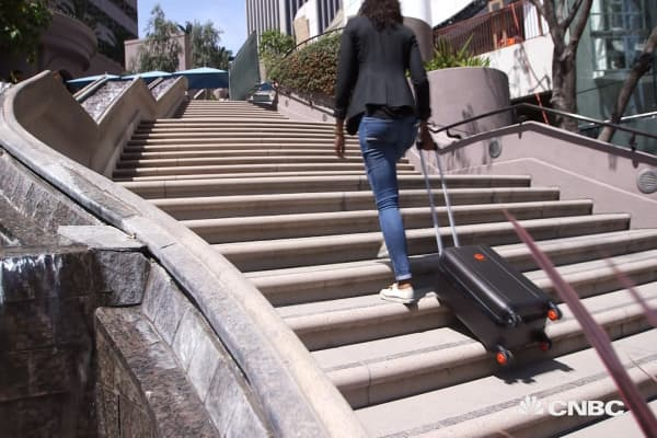 This smart suitcase traverses stairs like a tank