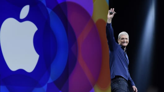 Tim Cook, chief executive officer of Apple Inc., waves before speaking during the Apple World Wide Developers Conference (WWDC) in San Francisco, California, U.S., on Monday, June 8, 2015.