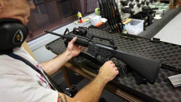 AR-15 rifl.