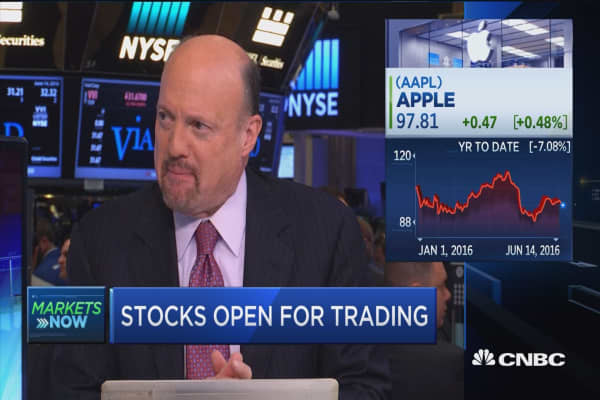 Cramer: Wall Street view on Apple is 'oxymoronic'