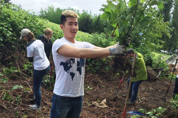 Tableau employees celebrate Earth Day by performing community service