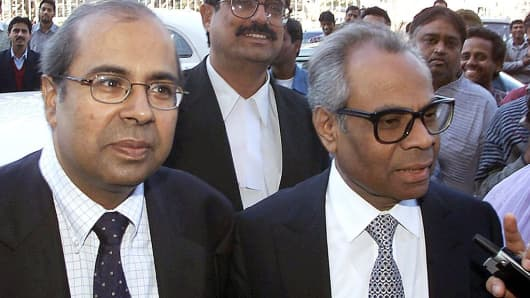 British-based brothers Srichand Hinduja (R) and Prakash Hinduja (L) arrive at a New Delhi court in 2001.