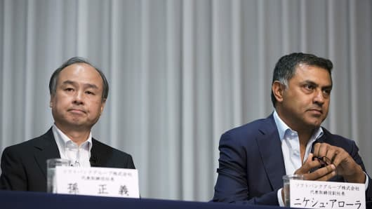 Billionaire Masayoshi Son, chairman and chief executive officer of SoftBank Group Corp., left, and Nikesh Arora, president and chief operating officer, attend a news conference in Tokyo, Japan, on Tuesday, May 10, 2016.