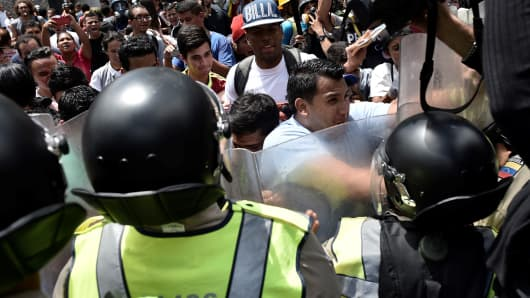 Protestors clash with Venezuelan police as a response to the recall referendum of President Nicolas Maduro and the economic crisis in Caracas on June 09, 2016.
