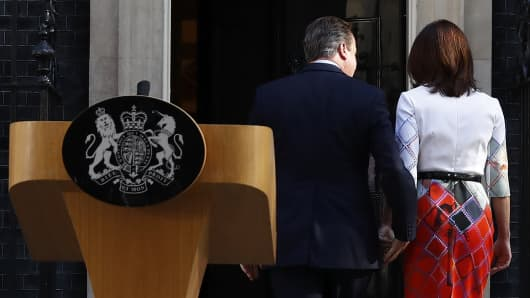 Britain's Prime Minister David Cameron his wife Samantha walk back into 10 Downing Street after he spoke about Britain voting to leave the European Union, in London, Britain June 24, 2016.