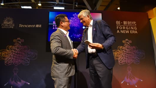 SY Lau, president of Tencent's Online Media Group, and Maurice Levy, CEO of Publicis, sign a deal at the Viva Technology event in Paris on July 1, 2016.