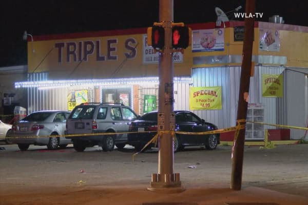 Louisiana police officer shoots suspect outside convenience store