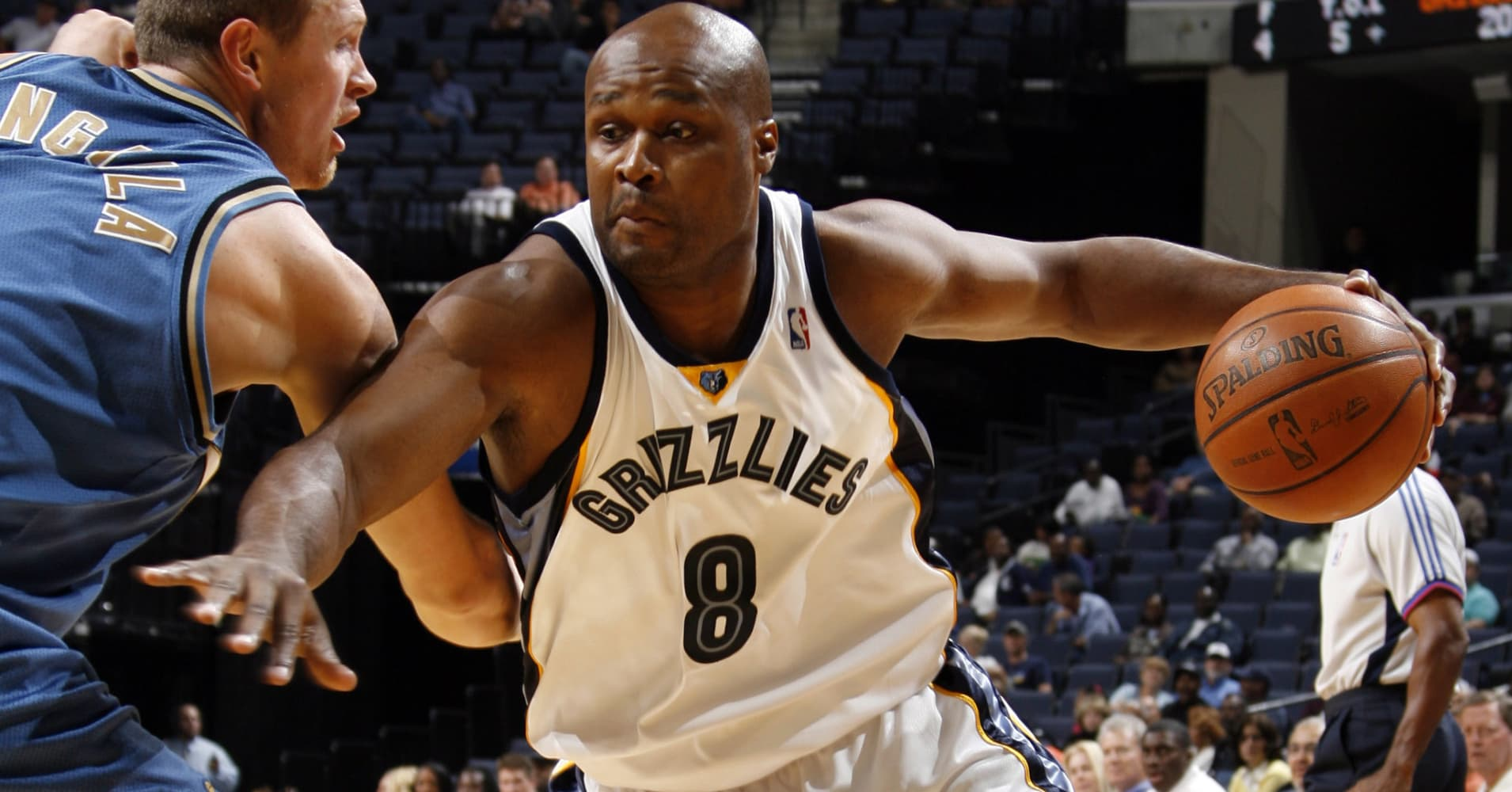 Antoine Walker #8 of the Memphis Grizzlies drives around Darius Songaila #9 of the Washington Wizards on October 8, 2008 at the FedExForum in Memphis, Tennessee.