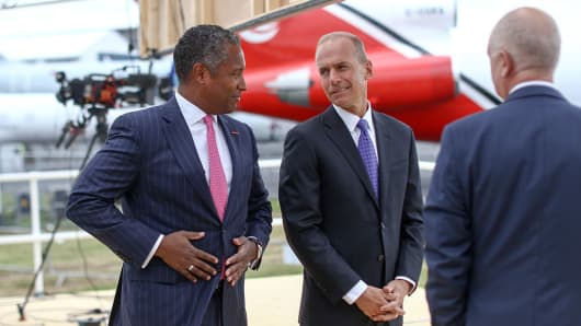 John Harris, chief executive officer of Raytheon International Inc., left, speaks with Dennis Muilenburg, chief executive officer of Boeing Co., on the opening day of the Farnborough International Airshow 2016 in Farnborough, U.K., on Monday, July 11, 2016.