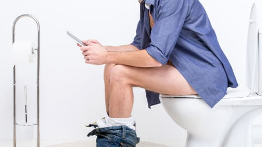 Study Reveals What People Do With Their Phones In The Bathroom