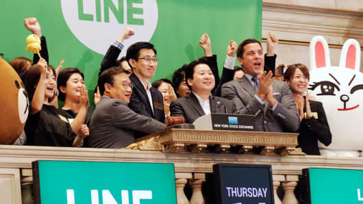 NYSE president Tom Farley (R) celebrates with Japan's Line Corp. CFO In Joon Hwang (2nd L) and Chief Global Officer Jungho Shin (middle) and Chief Strategy and Marketing Officer Jun Masuda (2nd R) during the company's IPO on the floor of the New York Stock Exchange, July 14, 2016.