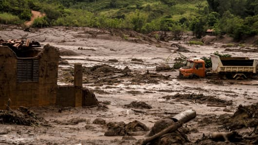 Two dams of an iron mine belonging to Samarco (a Vale joint venture) broke in the city of Mariana on 5 Nov, 2015.