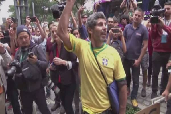 Rio protesters block path of Olympic torch